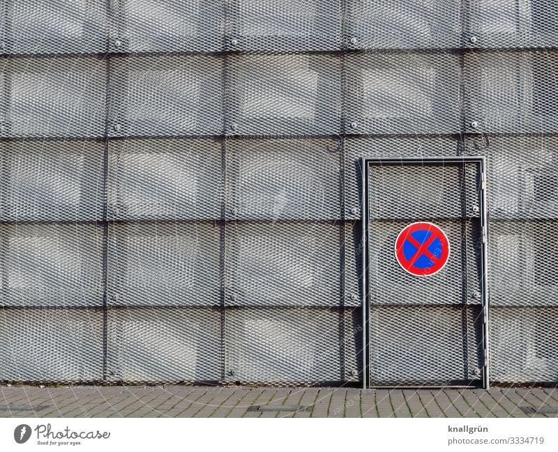 Absolutes Halteverbot Halle Fassade Tür Zeichen Schilder & Markierungen Verkehrszeichen Kommunizieren rund Stadt blau grau rot silber Design Ordnung Sicherheit