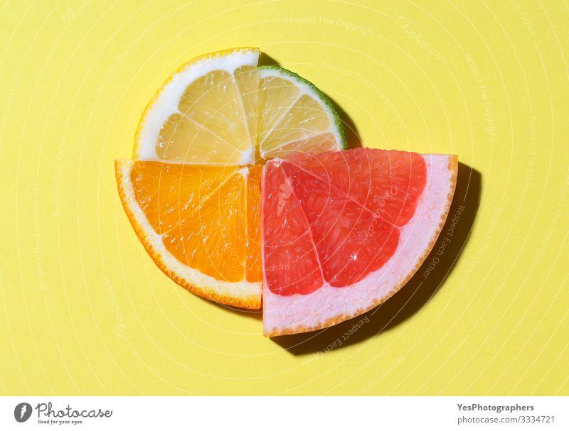 Zitrusfrüchte in Scheiben geschnitten im Sonnenlicht. Kontext Sommerfrüchte Lebensmittel Frucht Schönes Wetter frisch hell obere Ansicht kreisen farbenfroh