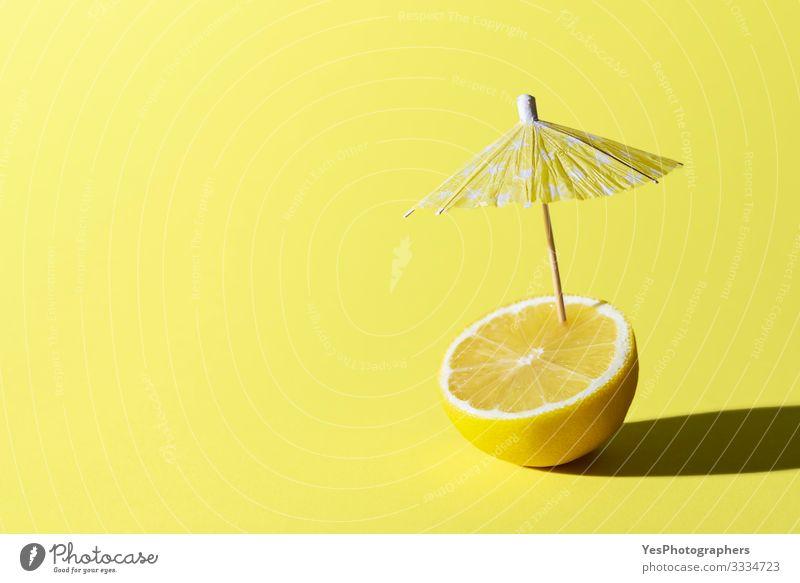 Zitronenfrüchte und Cocktailschirm. Konzept für Sommergetränke Lebensmittel Frucht Frühstück Getränk Erfrischungsgetränk Gesunde Ernährung Erholung lustig