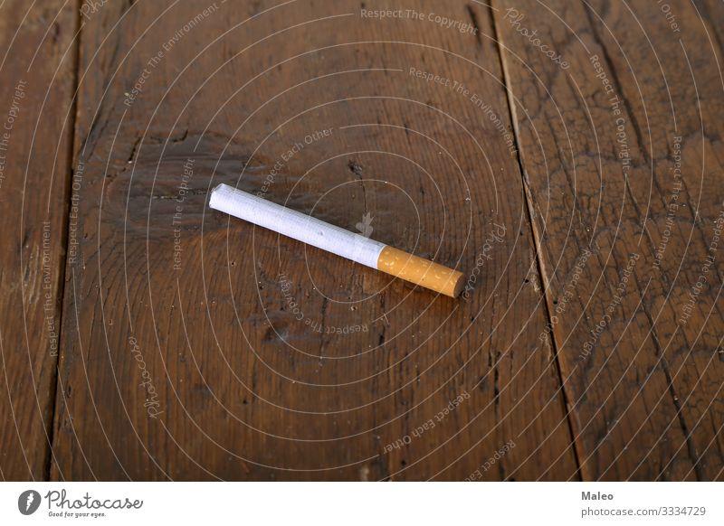 Filterzigarette liegt auf einem Holztisch Sucht Zigarette Konzepte & Themen Gesundheitswesen Lifestyle Rauch Tabak Nahaufnahme Konsum Kosten Industrie Blatt