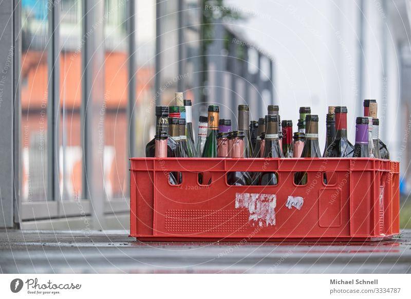 Alkoholika Getränk Bier Wein Flasche Stadt Völlerei Hemmungslosigkeit Durst Farbfoto Außenaufnahme