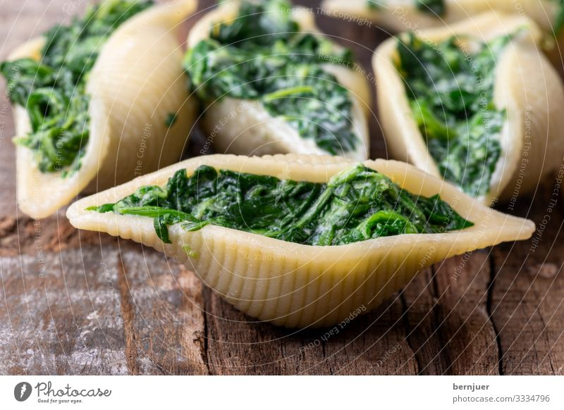 Conchiglini Käse Gemüse Kräuter & Gewürze Abendessen Vegetarische Ernährung Muschel Holz frisch lecker grün rot weiß Pasta gefüllt italienisch Kochen Saucen