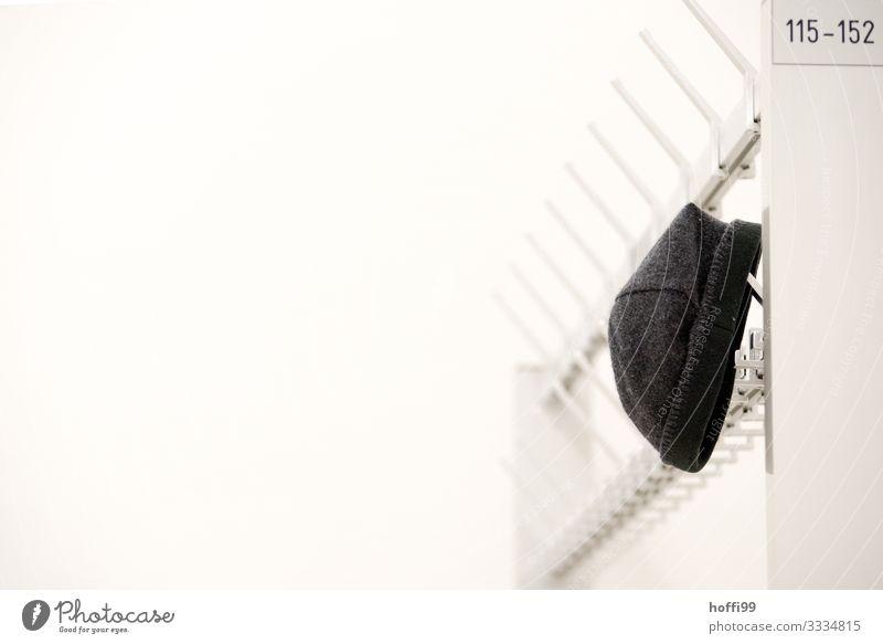 Mütze an Garderobe Lifestyle Stil Design Wollmütze Kleiderständer Bekleidung Kleiderhaken warten ästhetisch modern Originalität schön schwarz silber weiß