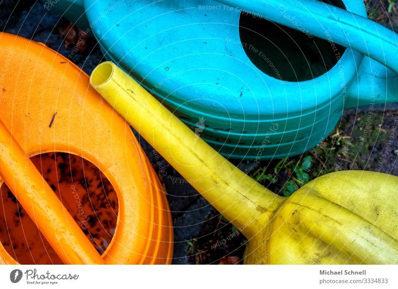 Gießkannen auf dem Friedhof Gartenarbeit gießen Arbeit & Erwerbstätigkeit dreckig blau gelb orange Farbfoto mehrfarbig Außenaufnahme Menschenleer Tag