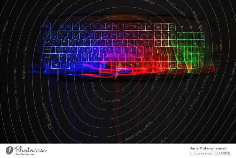 undichte Lichter an der rgb-Gaming-Tastatur Keyboard authentisch blau grün rot klug innovativ Inspiration Kunst Mobilität Zukunft Spielautomat Spielen