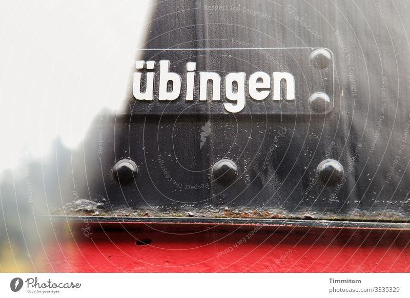 Geschriebenes | übingen Himmel grün rot Baum schwarz gelb Gefühle Linie Metall Verkehr Schriftzeichen Technik & Technologie Schilder & Markierungen Rost