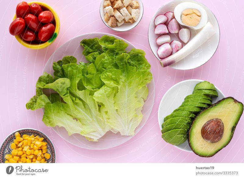 Salatsalat mit Tomate, Käse und Gemüse Lebensmittel Ernährung Vegetarische Ernährung Diät Schalen & Schüsseln Gesunde Ernährung frisch grün rosa Salatbeilage
