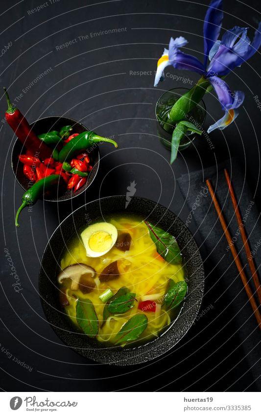 Orientalische Nudelsuppe in einem Restaurant Lebensmittel Gemüse Suppe Eintopf Ernährung Mittagessen Abendessen Vegetarische Ernährung Diät Fastfood