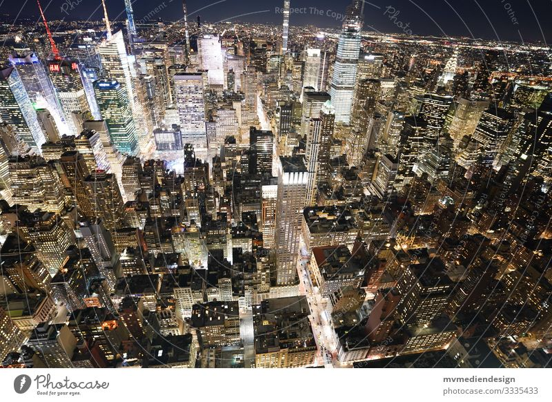 Blick in New Yorks Häuserschluchten bei Nacht häuserschluchten New York City Nachtaufnahme Times Square Verkehr Straßenverkehr