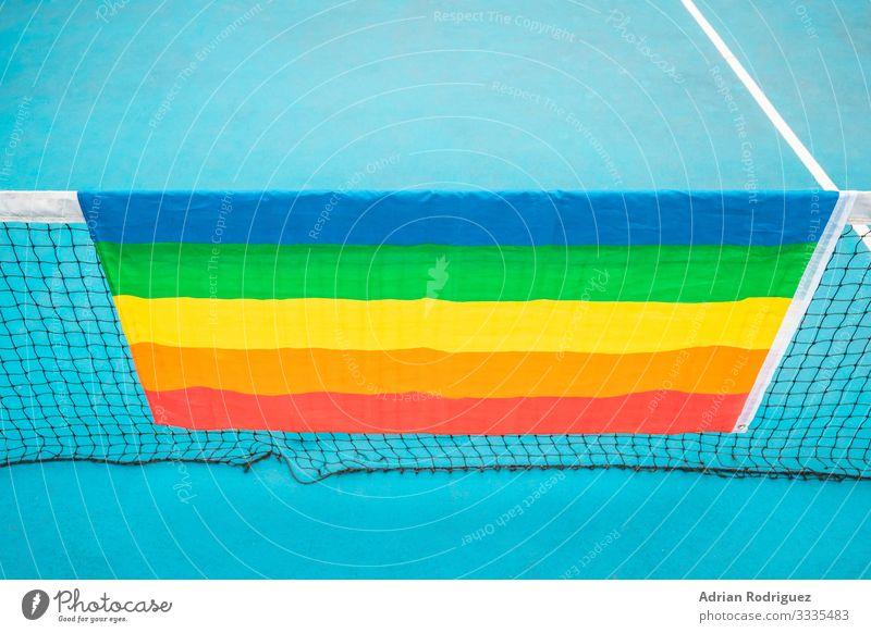 Schwulenstolz-Fahne auf einem blauen Tennisplatz Freiheit Homosexualität Freundschaft Menschengruppe Medien Streifen Liebe träumen stark Akzeptanz Stolz Farbe