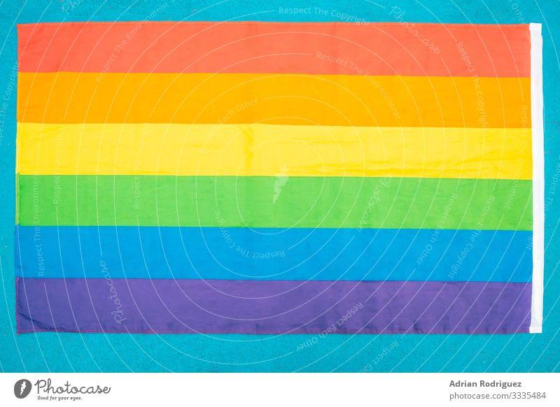 Schwulenstolz-Fahne aus der Draufsicht auf blauem Hintergrund Freiheit Homosexualität Freundschaft Menschengruppe Medien Streifen Liebe träumen stark Akzeptanz