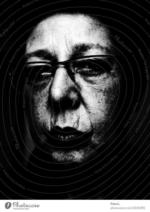 Finster Mensch feminin Frau Erwachsene Gesicht 1 60 und älter Senior Blick Brille Schal alt hässlich Falte Pigmemtflecken Frustration skeptisch Kontrast