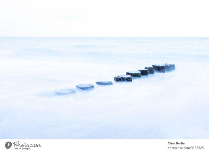 Buhnen in der Ostsee - Langzeitbelichtung Ferne Freiheit Meer Natur Landschaft Wasser Holz Kraft ruhig ästhetisch Frieden zart Gedeckte Farben Außenaufnahme Tag