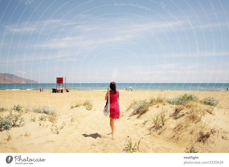 virtuell urlaub machen strand meer leichtigkeit warm hell sand mittelmeer mediteran natur umwelt rot blau frau mensch gehen genießen