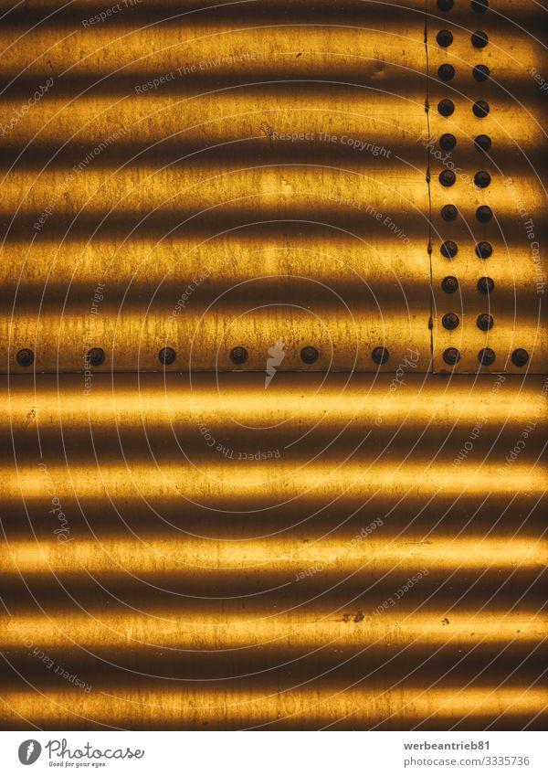 Goldene Wellpappe Silo Mauer Wand Fassade leuchten dreckig gold Farbe Kreativität Karton Wellenform Schraube Schraubenmutter Niete Schweißnaht Hintergrundbild