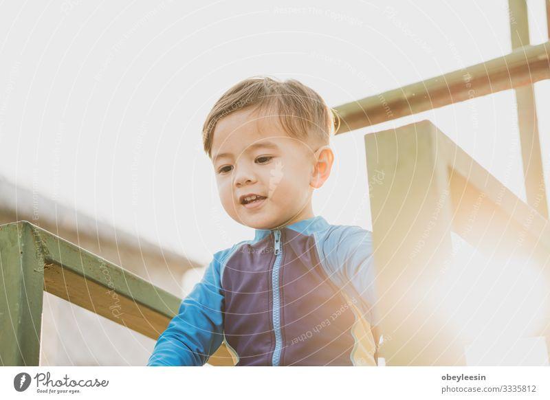 süßer junger Mischlingsjunge, der in der Sonne lächelt Lifestyle Glück Freizeit & Hobby Spielen Sport Kind Mensch Junge Mann Erwachsene Familie & Verwandtschaft