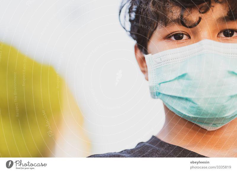 asiatischer Junge mit einer Schutzmaske Lifestyle Gesicht Krankheit Ferien & Urlaub & Reisen Mensch Frau Erwachsene Verkehr Straße Umweltverschmutzung Virus