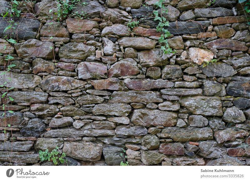 Eine Steinmauer Bauwerk Mauer Wand Fassade alt fest grau Schutz Gedeckte Farben Außenaufnahme Menschenleer Textfreiraum links Textfreiraum rechts