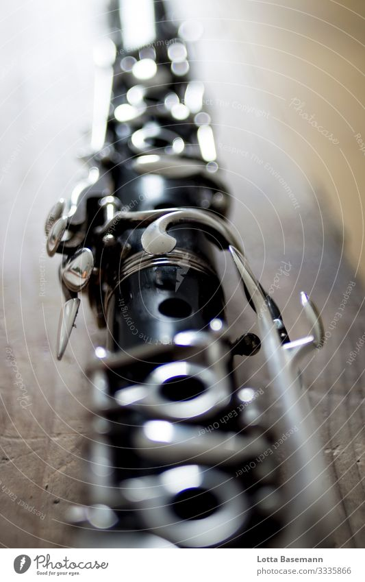 Klarinette Holzblasinstrument Instrument Musik musizieren abgelegt Pause Blasinstrument Tasten schwarz silber Detail Nahaufnahme Loch Kunst gerine Tiefenschärfe