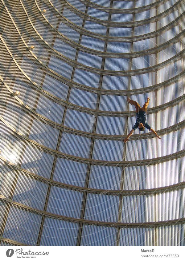 freier Fall Hochhaus fallen Sturz Figur Unfall abwärts falsch New York City Fälschung Schwerkraft Glasfassade Hochhausfassade
