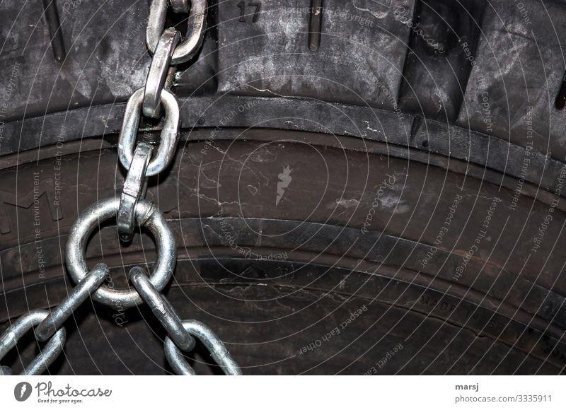 Das verbindende Element Stapler Rad Reifen Gummi glänzend Metall Stahl Kraft Partnerschaft Netzwerk Schutz Schneekette Kettenglied Verbindung Verbundenheit