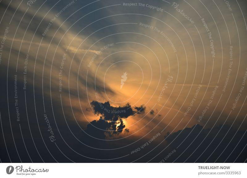 Ein Abendhimmel zeigt sich dramatisch emotional in kräftigen und feinen Tönen und kann als Spiegel eines Seelenzustands betrachtet werden Himmel Wolken