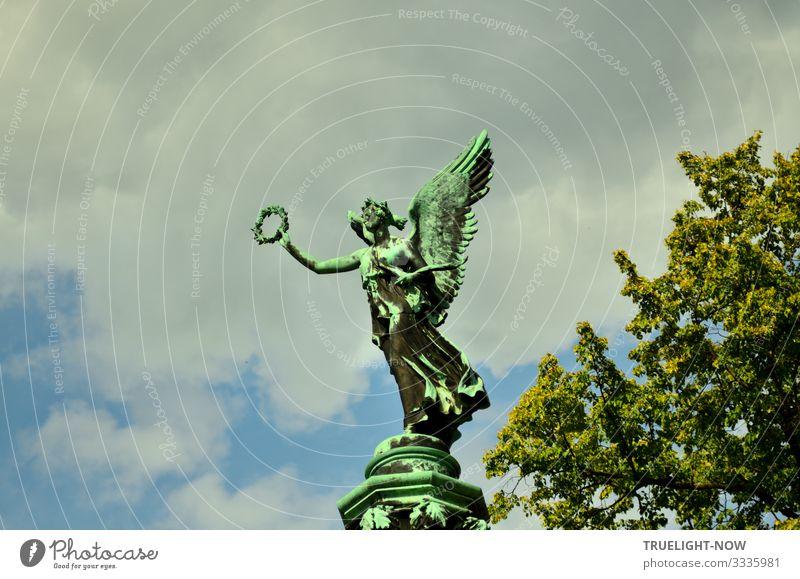 Skulptur der Siegesgöttin Viktoria mit Flügeln und in wehendem Gewand einen Siegerkranz werfend. Bronze-Abguss eines Originals von Christian Daniel Rauch (1777-1857)