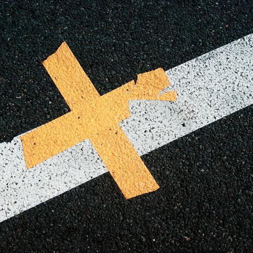 Straßenkreuzer Verkehrswege Fahrbahnmarkierung Asphalt Linie Kreuz Kunststoff eckig einfach unten Stadt gelb grau schwarz weiß grobkörnig kaputt Schaden Farbe