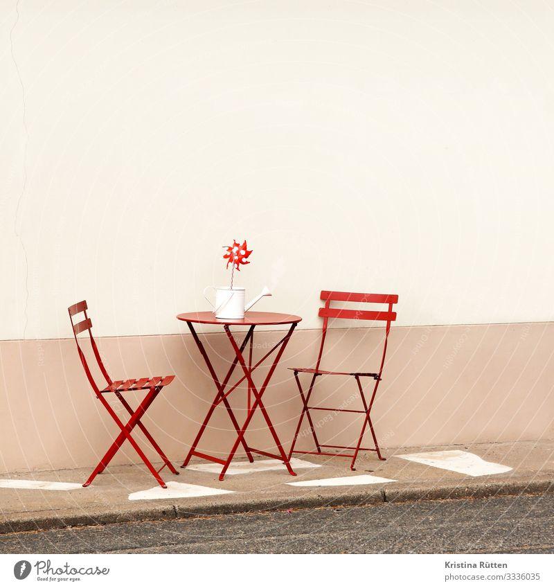 terrässchen Stuhl Tisch Gastronomie Mauer Wand Terrasse Erholung sitzen Zusammensein rot Romantik Gastfreundschaft Gartentisch Sitzgelegenheit Straßencafé