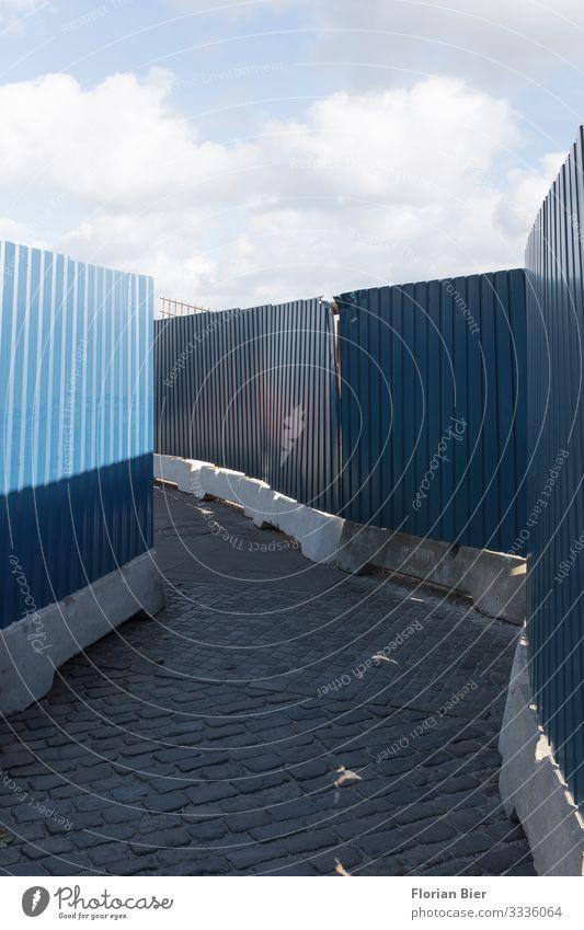 Vorbestimmter Weg Arbeit & Erwerbstätigkeit Handwerker Baustelle Himmel Wolken Bauzaun Abtrennung Wege & Pfade wegweisend geschlossen Metall bauen fangen eckig