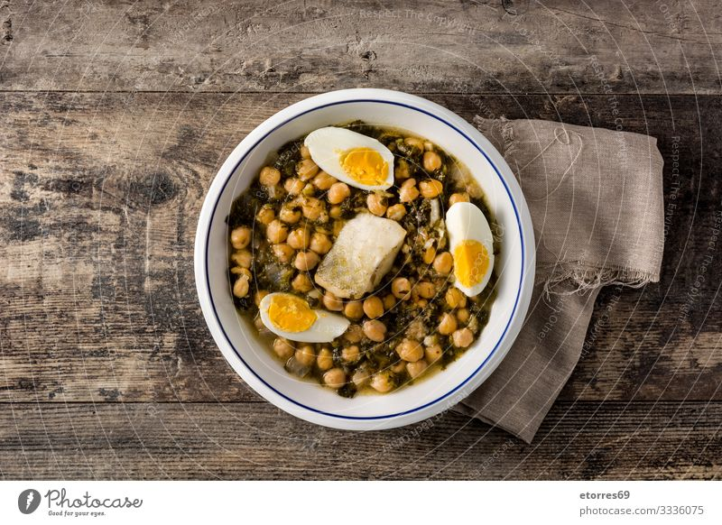 Kichererbseneintopf mit Spinat und Kabeljau oder Potaje de Vigilia. Potaje de vigilia Eintopf Ragout Dorsch Lebensmittel Gesunde Ernährung Foodfotografie potaje