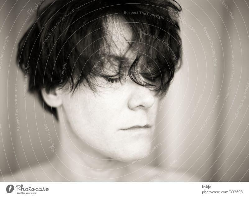 Erinnere Dich. Frau Erwachsene Leben Haare & Frisuren Gesicht 1 Mensch 30-45 Jahre schwarzhaarig kurzhaarig Locken Pony Wuschelkopf Denken hören träumen Gefühle