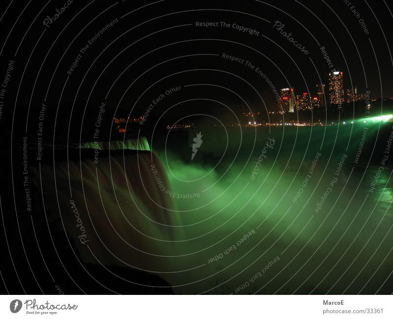 Niragara Fälle Wasser grün Beleuchtung USA Amerika Kanada Bekanntheit Sehenswürdigkeit Gischt Nachtaufnahme Attraktion Ausflugsziel Niagara Fälle