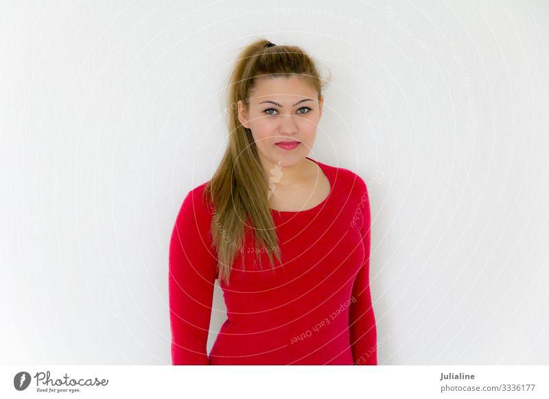 Junges Mädchen mit langem braunen gesunden Haar in Rot schön Haare & Frisuren Gesicht Frau Erwachsene Mode brünett blond Lächeln hell grün weiß gerade Behaarung