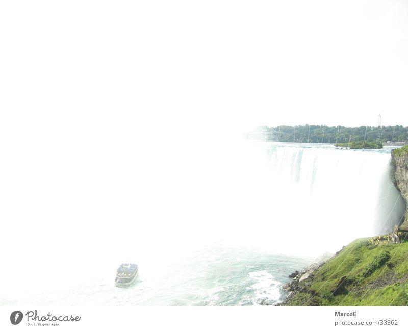 Niragara Fälle 4 Wasser Tourismus USA Amerika Kanada Wasserfall Bekanntheit Sehenswürdigkeit Gischt Attraktion Naturphänomene Naturgewalt Ausflugsziel Niagara Fälle Ausflugsschiff