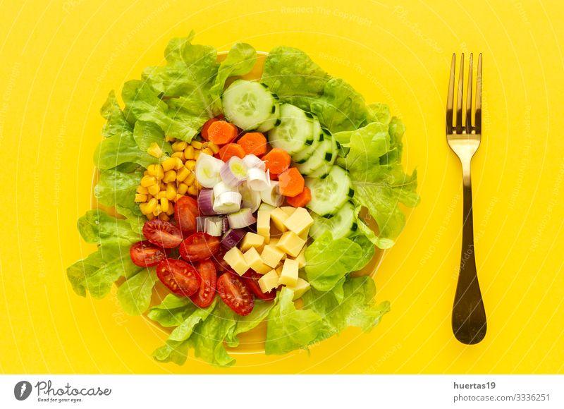 Salatsalat mit Tomate, Käse und Gemüse Lebensmittel Salatbeilage Ernährung Vegetarische Ernährung Diät Schalen & Schüsseln Gesunde Ernährung frisch gelb grün