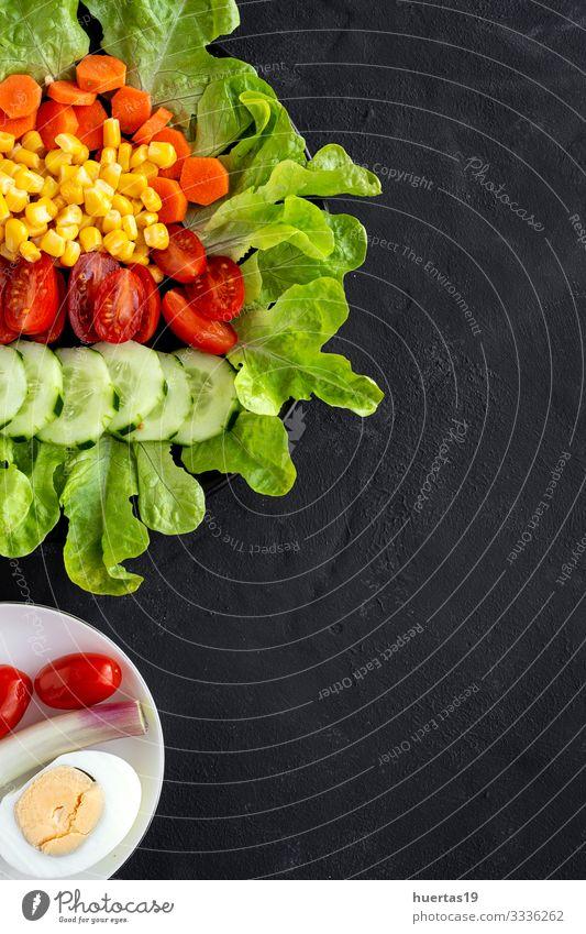 Salatsalat mit Tomate, Käse und Gemüse Lebensmittel Salatbeilage Ernährung Vegetarische Ernährung Diät Schalen & Schüsseln Gesunde Ernährung frisch grün rot