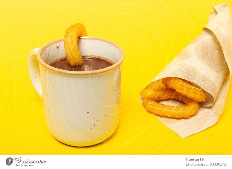 Tasse Schokoladensauce mit Churros Lebensmittel Dessert Frühstück Kakao Kultur heiß gelb Tradition Spanisch Hintergrund Backwaren braten Snack Spanien Kalorien