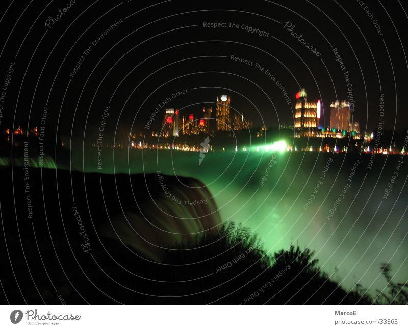 Niragara Fälle 3 Wasser Beleuchtung USA außergewöhnlich Amerika Kanada Wasserfall Bekanntheit Sehenswürdigkeit Nachtaufnahme Farbenspiel Attraktion Ausflugsziel Niagara Fälle