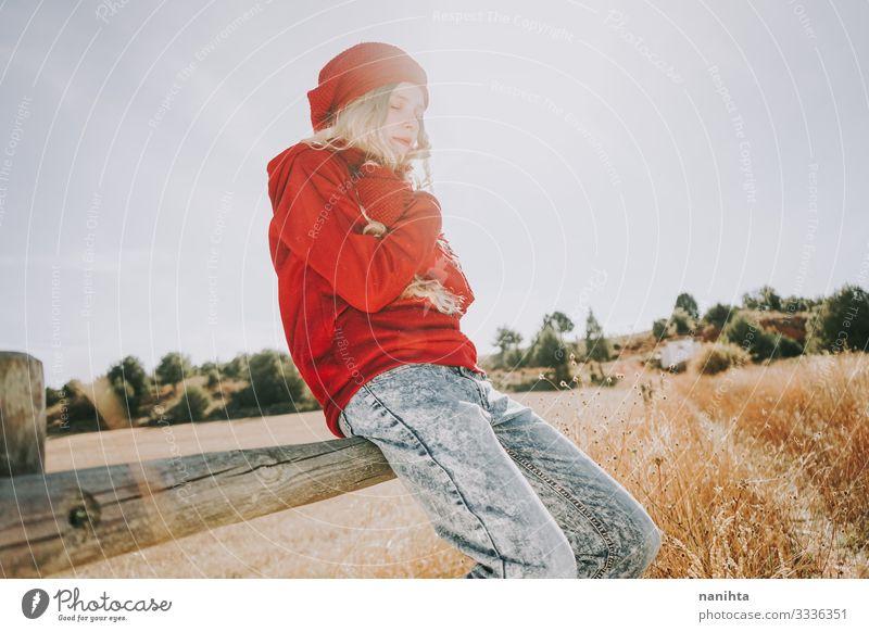 Junge und blonde Frau genießt einen sonnigen und ruhigen Tag schön Leben Sinnesorgane Windstille Ferien & Urlaub & Reisen Sommer Sonne Mensch feminin Junge Frau
