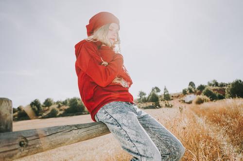 Junge und blonde Frau genießt einen sonnigen und ruhigen Tag schön Leben Sinnesorgane Ferien & Urlaub & Reisen Sommer Sonne Mensch feminin Junge Frau