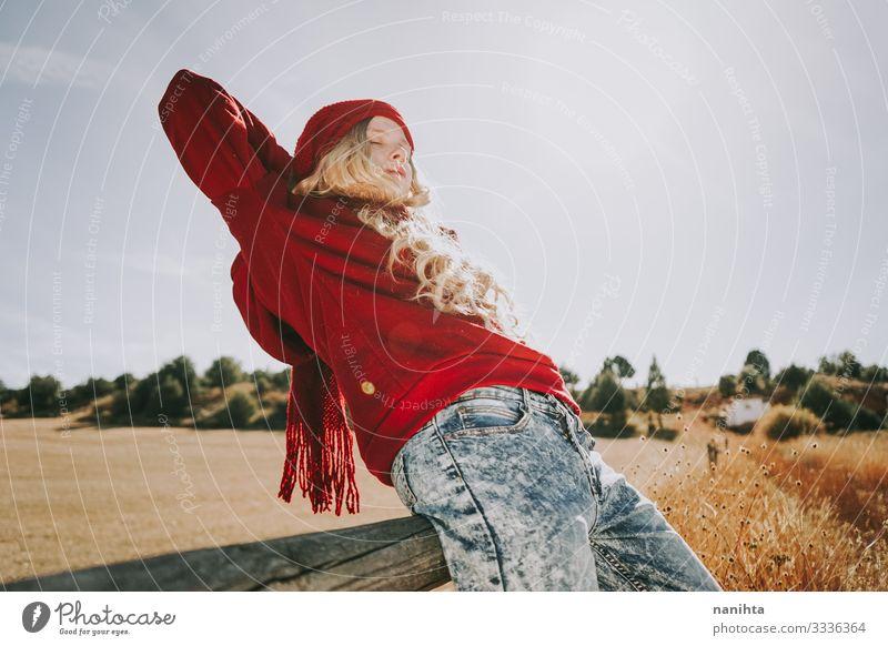 Frau Mensch Natur Jugendliche Junge Frau Sommer Landschaft rot ruhig Freude 18-30 Jahre Erwachsene Leben Herbst natürlich feminin