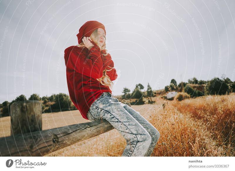 Junge und blonde Frau genießt einen sonnigen und ruhigen Tag durch Windstille Szene Ruhe Stille Komfort Gefühl der Behaglichkeit Leben genießen allein Sonne