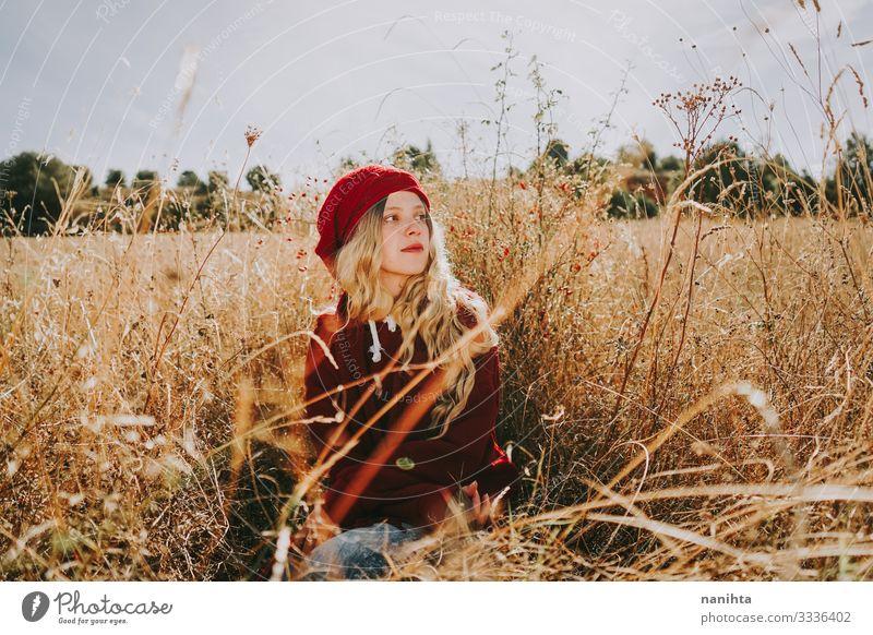 Junge Frau auf einem Feld an einem sonnigen Tag Windstille Ruhe Stille Natur Porträt Porträtmalerei rot blond Sommer Herbst Hintergrundbeleuchtung altehrwürdig
