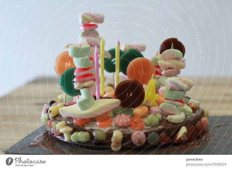 Bunte Geburtstagstorte voller süßigkeiten für einen kindergeburtstag Kuchen Süßwaren Feste & Feiern Fröhlichkeit Vorfreude Begeisterung Kindergeburtstag