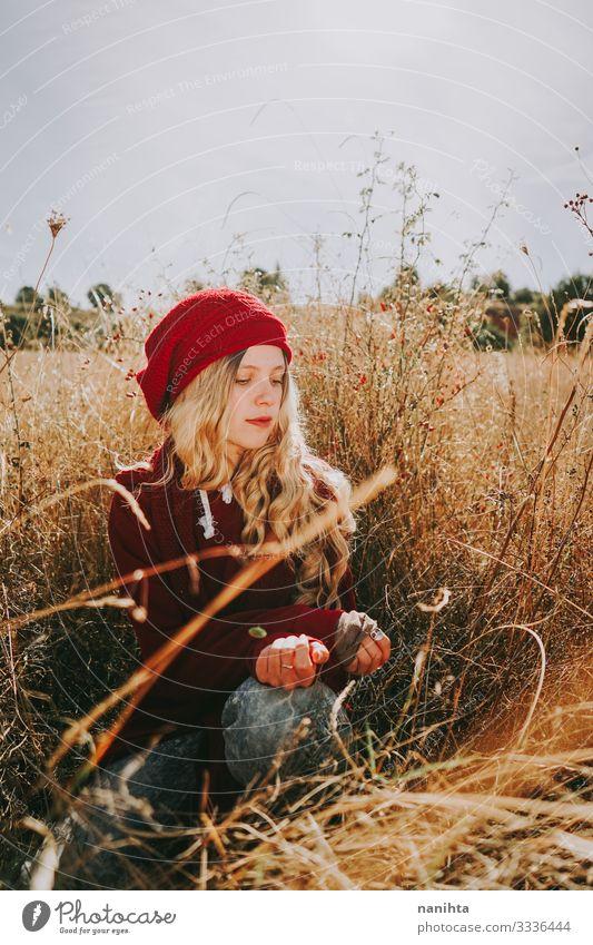 Junge Frau auf einem Feld an einem sonnigen Tag Sinnesorgane ruhig Sommer Mensch feminin Jugendliche Erwachsene 1 18-30 Jahre Natur Landschaft Herbst Wärme Gras