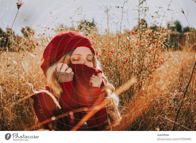 Frau Mensch Natur Jugendliche Sommer Landschaft rot ruhig 18-30 Jahre Erwachsene Herbst Wärme natürlich feminin Gefühle Gras