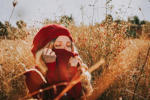 Junge Frau auf einem Feld an einem sonnigen Tag Sinnesorgane Windstille Sommer Mensch feminin Erwachsene Jugendliche 1 18-30 Jahre Natur Landschaft Herbst