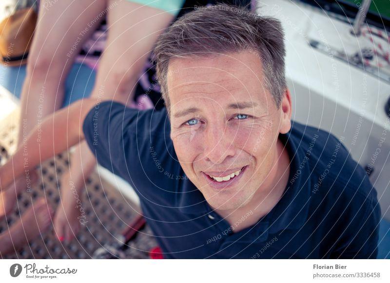 Aye Aye Käpten Segeln Feierabend Mensch maskulin Mann Erwachsene Leben 1 30-45 Jahre Bootsfahrt Segelboot Segelschiff machen Blick authentisch Gesundheit Glück