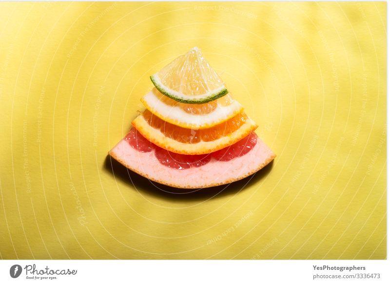 Zitrusfrüchte in Scheiben geschnitten im Sonnenlicht. Mischung von Zitrusfrüchten Lebensmittel Frucht Orange Ernährung frisch hell süß mehrfarbig gelb rot